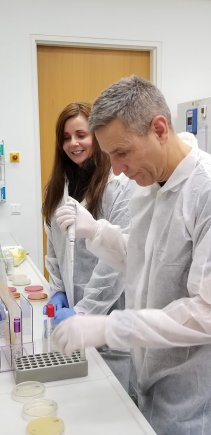 The Chief of the Environmental Health Service, Col. Daniel Leach, is preparing to dilute the agar plates in a microbiological laboratory at the Bundeswehr Hospital in Berlin.